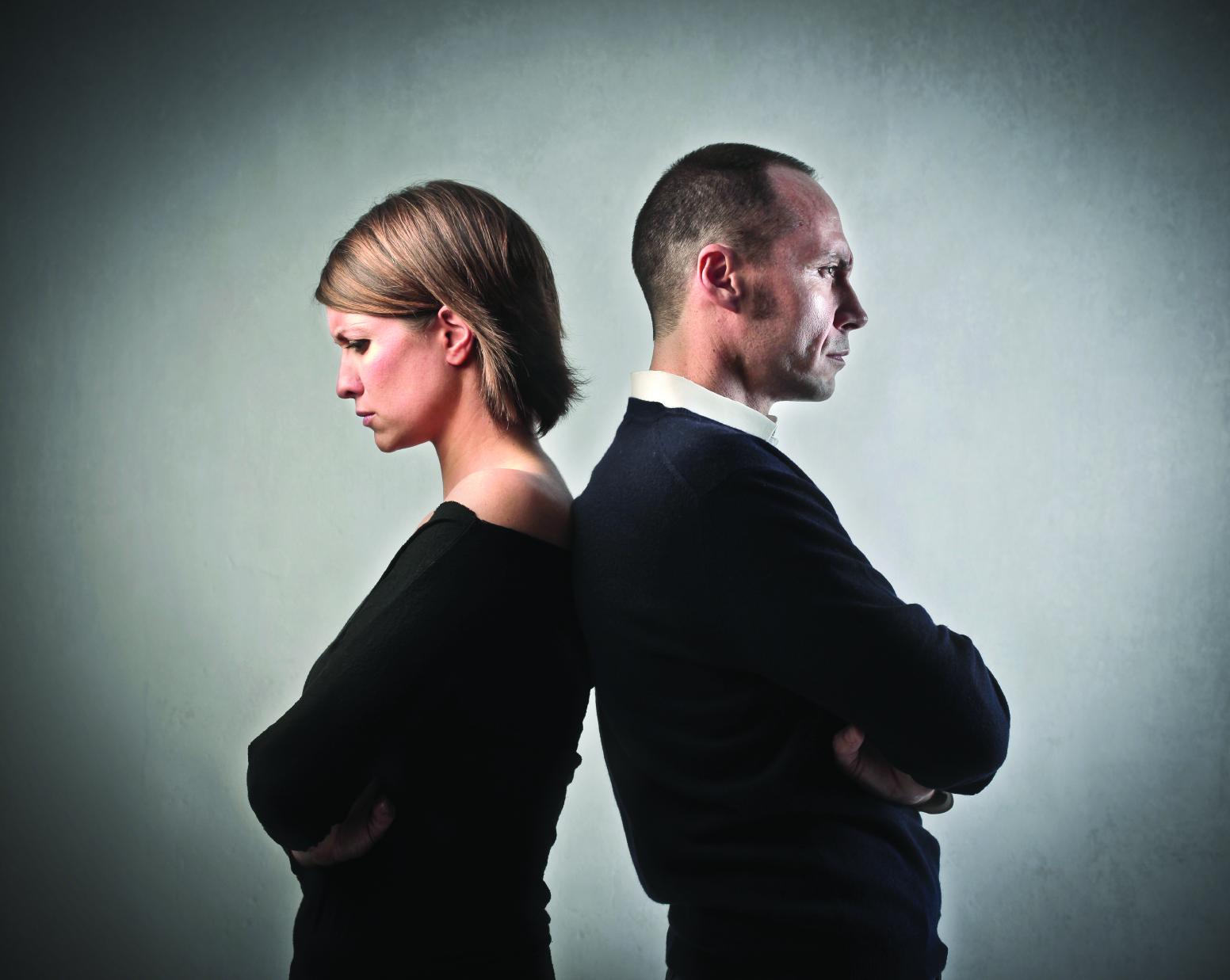 Duas pessoas que silenciam no trabalho