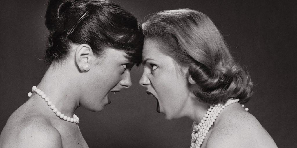 Duas mulheres se enfrentam em discussão